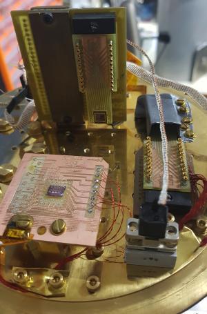 Système de mesures cryogéniques en circuit fermé (2,8K-80 K) de puces supraconductrices numériques et/ou analogiques